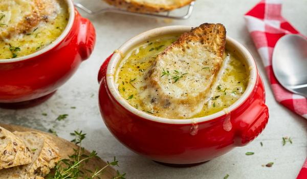 Franse uiensoep met gegratineerde kaas