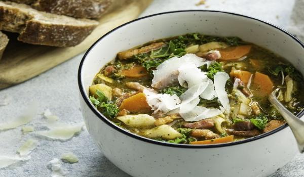 Winterse minestrone met boerenkoolpesto